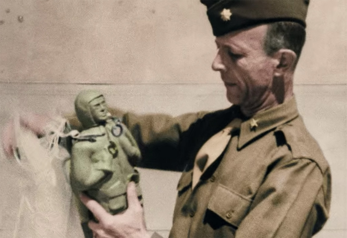 A doll-sized Oscar paradummy with a decent amount of detail (Greatest Events of WWII in Colour/Netflix)